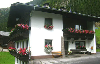 The Lippenhof farm with vacation apartments is situated in a sunny location in the Defereggen valley in Eastern Tyrol